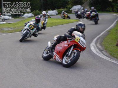 Do roku2007 se vzávěru závodů jezdila ikategorie současných motocyklů Supermono oCenu Ladislava Štajnera. Vúzkých uličkách to byla parádní podívaná. Zde včele Martin Loicht, legenda přírodních tratí