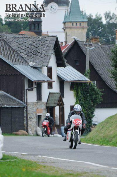 9 – Výjezd kbytovkám. Vpozadí domeček rodiny Burianových, nezištných pomocníků při každém závodě
